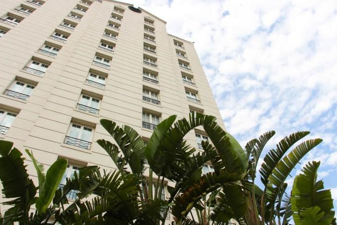 Edificio principal del hotel. Continuaremos con la clase de yoga allí arriba.