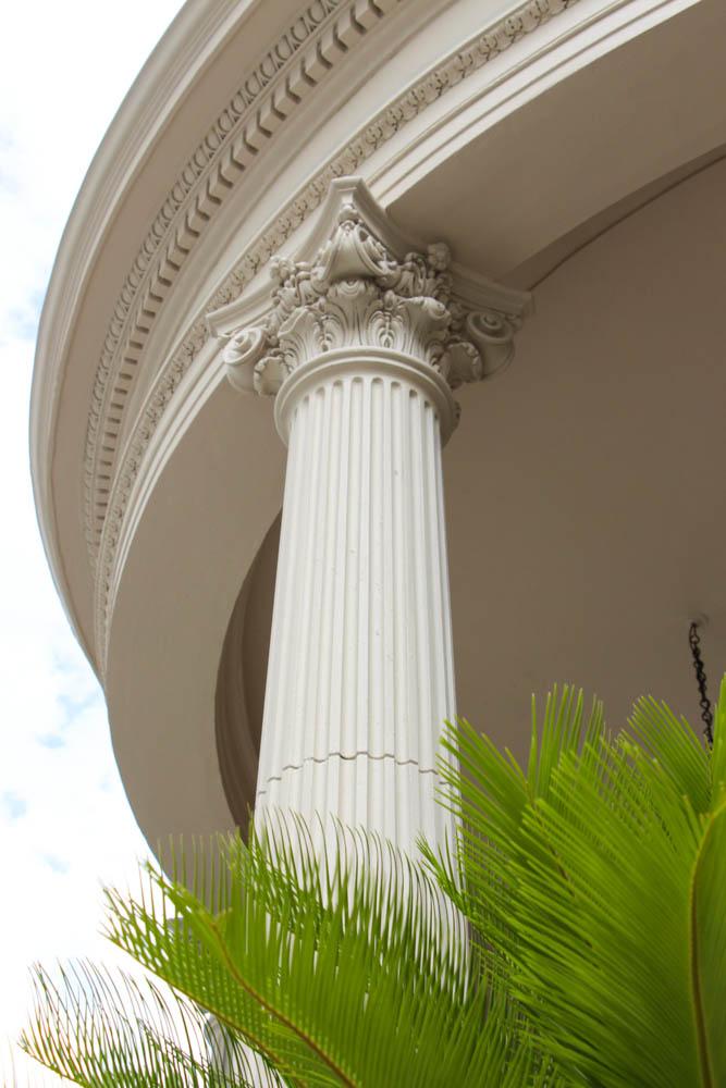 Voy a almorzar rodeado por estas columnas Dóricas. Eros me acompaña, la intimidad es absoluta.