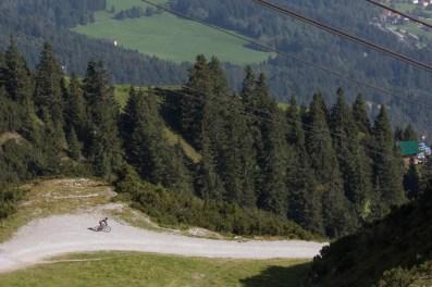 Deportista con su bicicleta en dirección a la ciudad.
