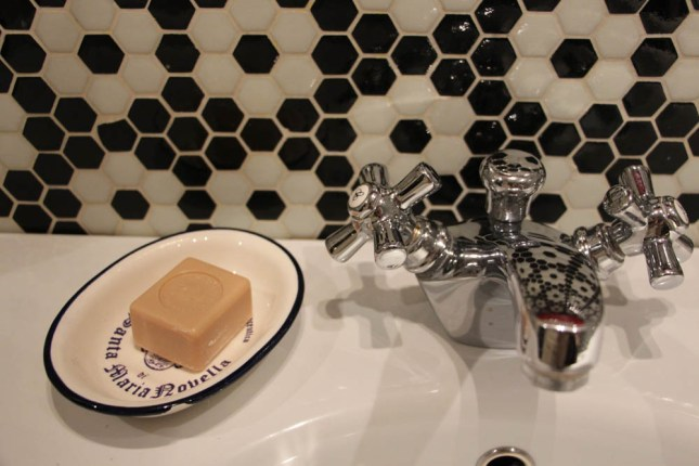 Detalle de Santa María Novella junto al lavamanos, sus perfumes huelen a gloria bendita.