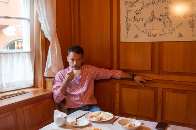 Desayunado en un ambiente tirolés del hotel Innsbruck.