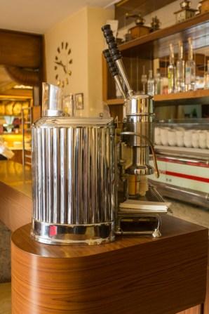 Maquina espresso de los años 50 en el café Mungis.
