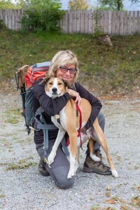 La montañera que recorrió 430 montañas con su perra anterior y aquí con su nueva amiga de aventuras.