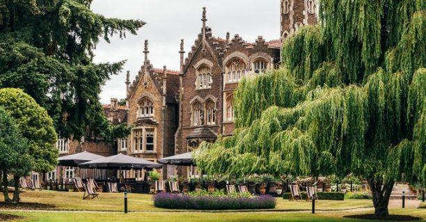Jardines del hotel. Foto: The Oakley Court.