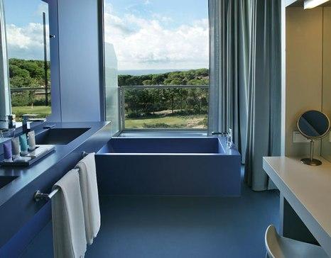 Bañarse con luz natural, paisaje y aromaterapia resulta un plan irresistible.