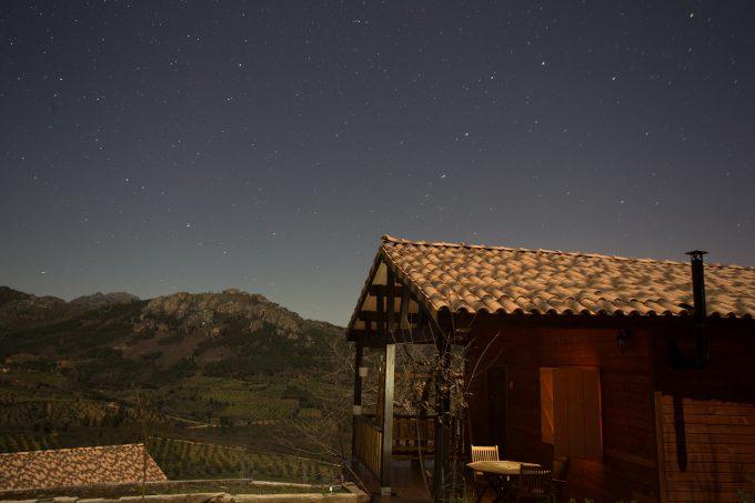 Vista nuestra cabaña la noche vestida de estrellas.