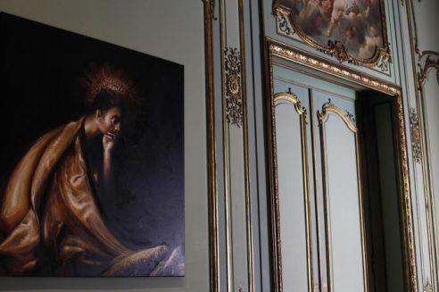 Obra de Eugenio Zanetti y naturaleza muerta sobre la puerta.