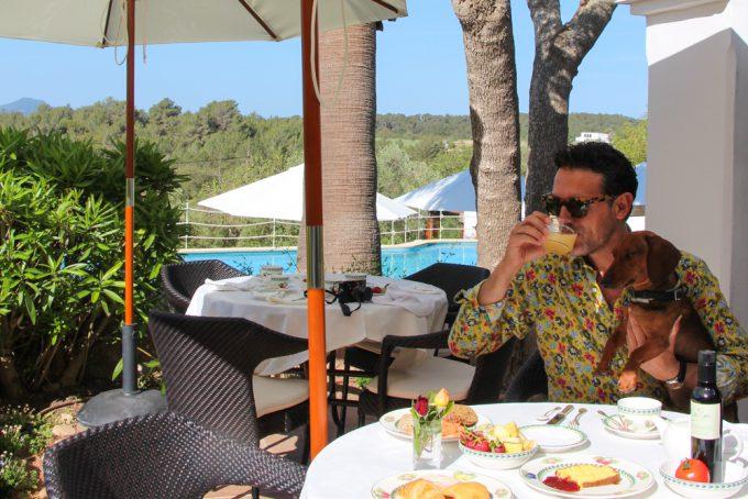 Desayunando con Eros en la terraza de Cas Gasi. Camisa y gafas GUCCI.
