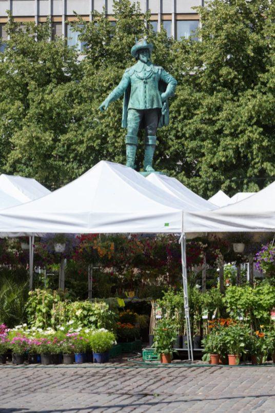 Mercado de las flores y la escultura del rey Christian IV.