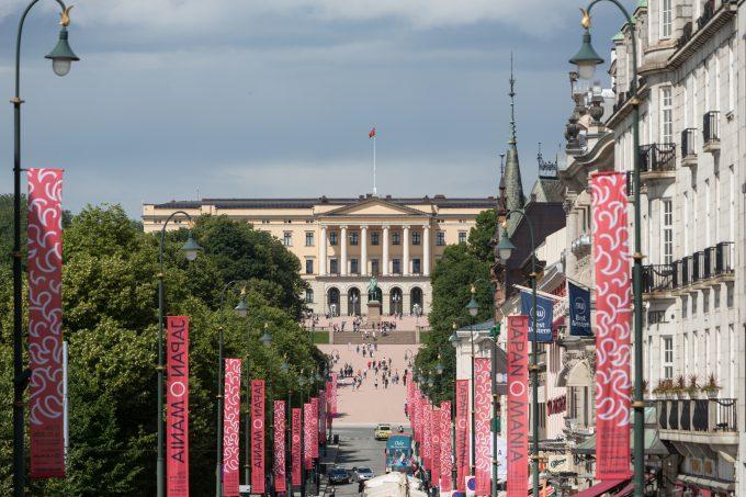 Al final de la calle Karl Johans, el Palacio Real; residencia de los reyes de Noruega en Oslo.