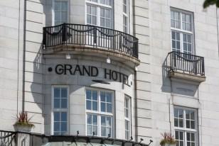 Detalle de la fachada del Grand Hotel.