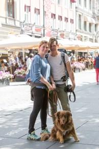 Familia viajera paseando por la calle Karl Johans gate.