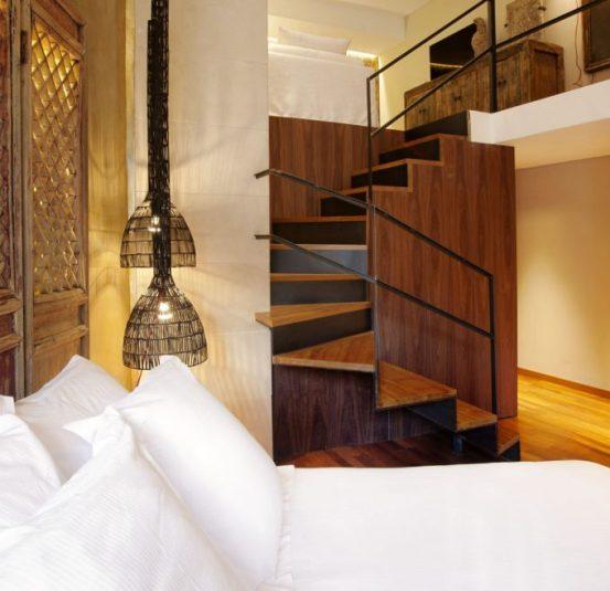 Suite Duplex, dormitorio y baño abajo y, subiendo por las escaleras, salón con TV.