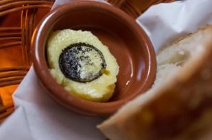 Sal de vino tinto, pan y mantequilla casera;