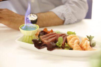 Sashimi y saque flambeando preparado con mimo por el sushiman del Japanese Bar.