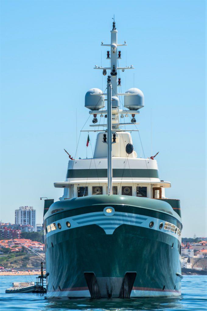 """""""Steel"""", un superyacht clásico de 55 m y de alquiler, fondeado fuera del puerto (255.000 €/ semana)."""