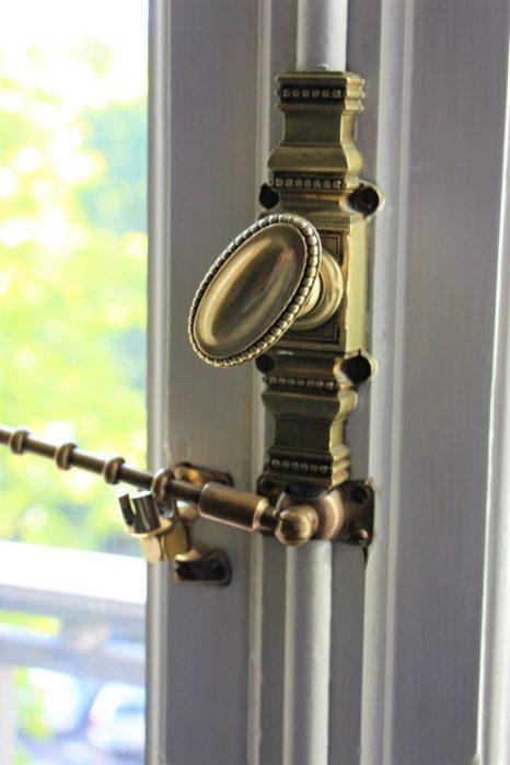 Herrajes neoclásicos en la ventana de la habitación, me divierte cuando está abierta y puedo mirar y oler la calle.