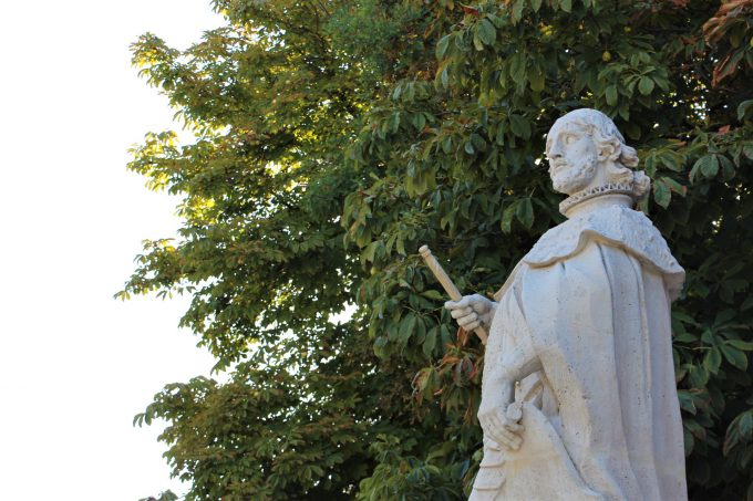 Papá no me deja marcar en estas esculturas de reyes españoles.