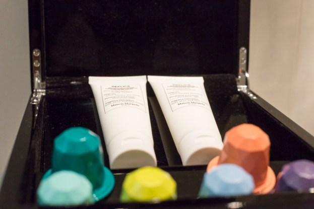 Amenities de MAISON MARTIN MARGIELA y las cápsulas para la ducha de SKINJAY.
