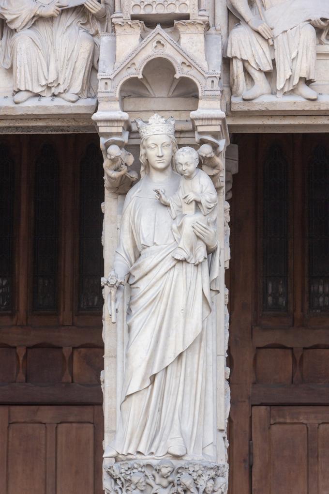 Puerta de la Virgen (norte); en el parteluz, está la Virgen de pie con el Niño en su brazo izquierdo. El estudio de la escultura de la catedral es de enorme importancia y fue un referente y modelo a seguir para toda Europa.