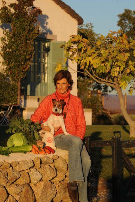 Blanca Entrecanales Domecq y uno de sus Jack Russell Terrier en su granja ecológica de Toledo. Brinda una cesta de productos eco de la Dehesa El Milagro, donde el respeto por la naturaleza y por los animales es absoluto; también unas recetas y una carta dirigida al donante. DONATIVO: 90 €.