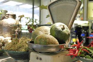Verduras, frascos de aceite de oliva con aceitunas o hierbas crean un atrezzo de hogar.