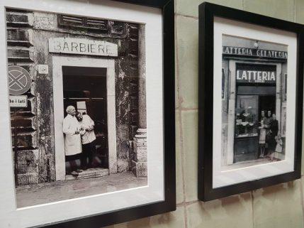 Fotografías antiguas, que muestran rincones urbanos de ayer en Italia, visten las paredes.