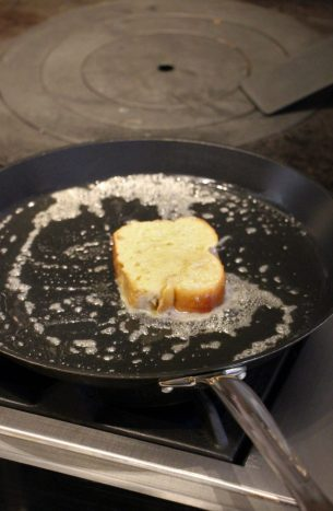 3º paso, llevar el pan a la sartén.
