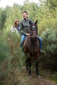 Montando a caballo.