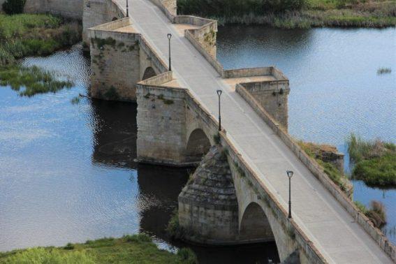 Vistas del viejo puente romano desde el castillo.