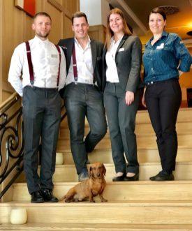Eros posa con parte del equipo del hotel.