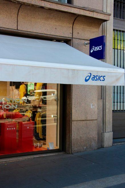 Escaparate de Asic en la calle de Alcalá.