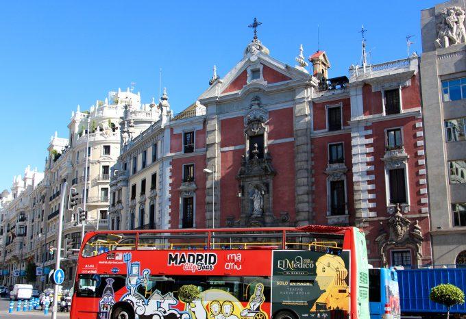 Autobús turístico entrando a la Gran Vía.