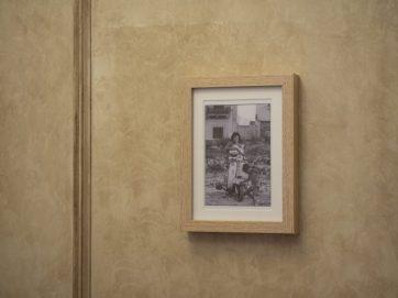 Fotografías costumbristas de Italia decoran las paredes.