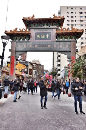 Arco chino, uno de los accesos al barrio.
