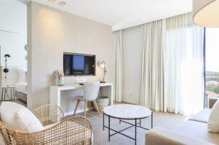 Salón de una habitación con terraza.