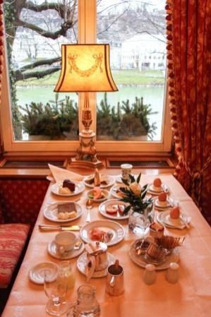 Mi mesa de desayuno en el Hotel Sacher Salzburgo.