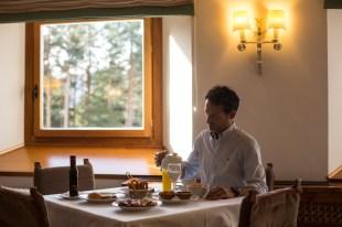 Mesa con delicias castellanas y mirando al bosque.