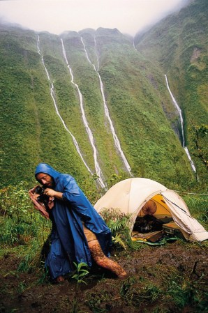Copyright: 2000 Frans Lanting. Frans Lanting on Location in the Wettest spot on Earth, Wai Ale Ale, Kauai, Hawaii. TASCHEN.