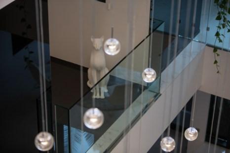 Escultura de un gato en la zona clínica del SHA.