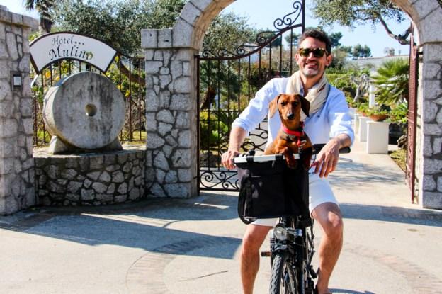 Saliendo del hotel Mulino en bicicleta para dar un largo paseo por la isla.