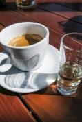 Un clásico checo, café y becherovka.