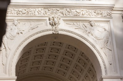 El monumento es histórico y está lleno de detalles.