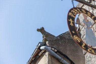 El segundo perro de piedra es antiguo y está en la calle Saint Michel.