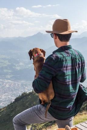 Disfrutando de las espectaculares vistas de 360° sobre la capital de los Alpes y el parque natural de Karwendel.