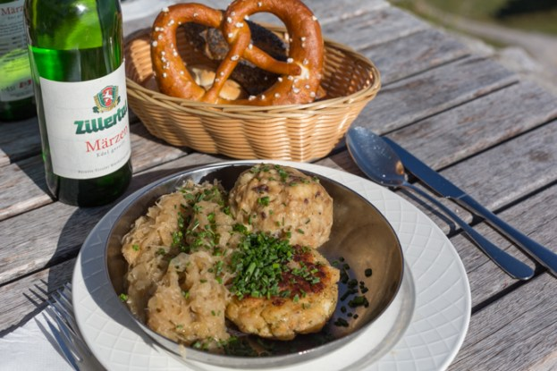 Clásica cocina tirolesa y el pan Laugenbrezel.