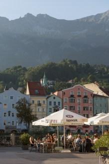 A dos calles del hotel, terrazas al sol y junto al río.