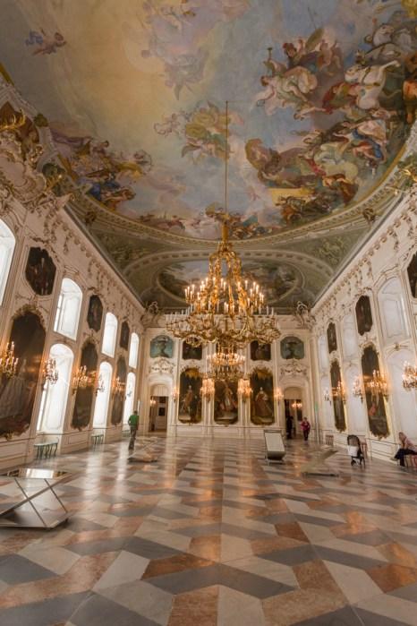 Espejos móviles facilitan la contemplación del fresco de la Sala de los Gigantes.