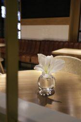 Flor fresca en la mesa, un detalle que aprecio y habla de la frescura de lo que se sirve y de la importancia de recibir con buen gusto.