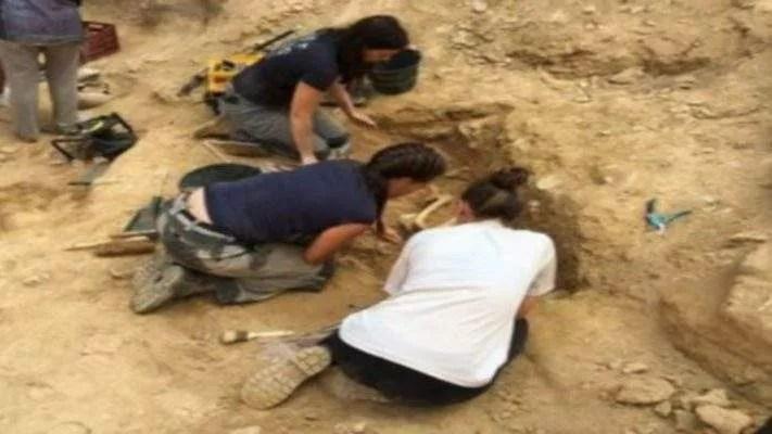 Des Archéologues, Ancien Squelette Enterré,iphone Vieux , 2 100 Ans